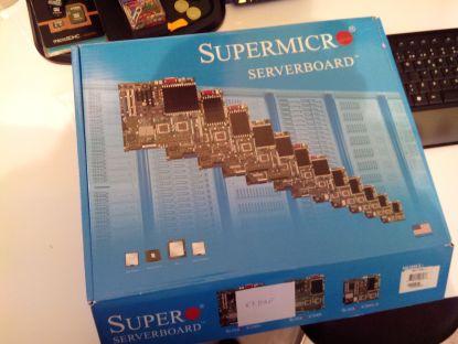 La caja de la placa base Supermicro.