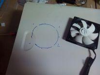 Agujereando la tapa para colocar el ventilador de la RAM